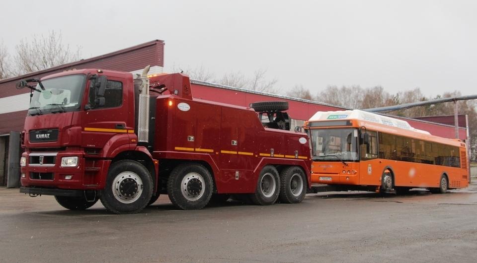 Четырехосный КАМАЗ-65801 в роли эвакуатора